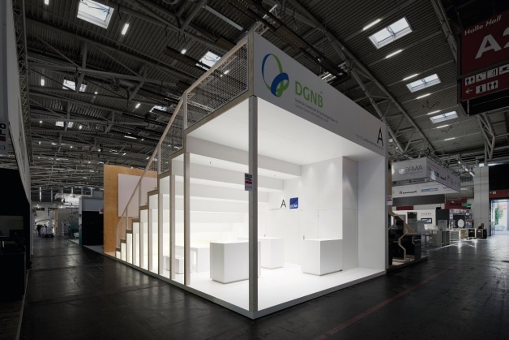 Trade show and information booth used by the Federal Chamber of German Architects (BAK) and the German Sustainable Building Council (DGNB) at the EXPO REAL 2010 | Red Dot Design Award